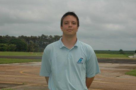 Nome:Anthony Karel Van laer.<br> Naturalidade:São Paulo/SP. <br>Habilitações: PC/IFR/MLTE. <br> Formação:Bacharel em Ciências Aeronáuticas / Piloto Comercial / Universidade PUC-RS