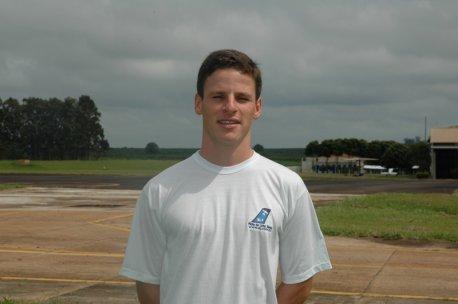 Nome:Alexandre Perozzo.<br> Naturalidade:São Marcos/RS. <br>Habilitações: PC/IFR/MLTE. <br> Formação:Bacharel em Ciências Aeronáuticas / Piloto Comercial / Universidade PUC-RS