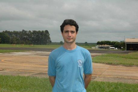 Nome:Adriano Saporitti Pimentel.<br> Naturalidade:Curitiba/PR. <br>Habilitações: PC/IFR/MLTE/INVA. <br> Formação:Bacharel em Ciências Aeronáuticas / Piloto Comercial / Universidade Tuiuti-PR