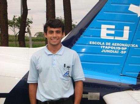 Bruno Ferro Veronese<br> 23 anos<br> Habilitações: PC/MNTE/IFR/INVA<br> Formação Acadêmica: Ciências Aeronáuticas<br> Naturalidade: Rio de Janeiro/RJ