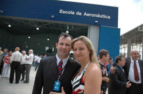 Josué e Vera em frente ao hangar