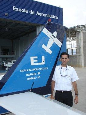Felipe Moreira De Raphael. 25 anos.<br> Formação: Aviação Civil - Anhembi Morumbi<br> PC/MLTE/IFR