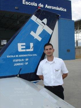 Alexandre Medeiros Gandini. 24 anos.<br> Formação: Aviação Civil - Anhembi Morumbi<br> PC/MNTE/IFR INVA