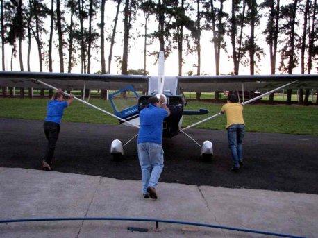 Alunos preparando a aeronave.Trabalho em equipe é bem mais fácil!