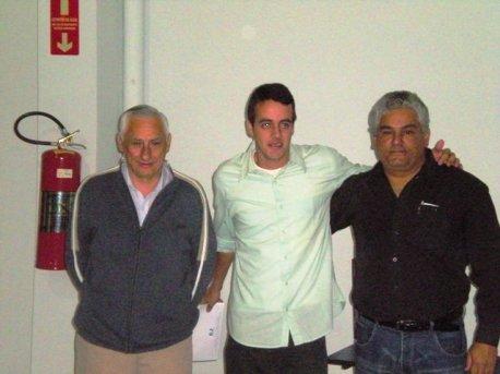 Instrutores do Jet Trainer José Fernandes(esquerda) e Luis Almeida(direita) e o instrutor de vôo EJ e aluno do jet trainer Alexandre Rodrigues Festas(centro da foto).