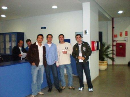Instrutores e alunos reunidos.