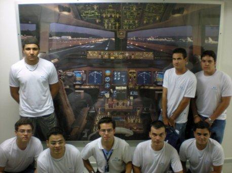 Turma de PP (Piloto Privado) em frente ao painel do Triplo Seven(Boeing - 777).