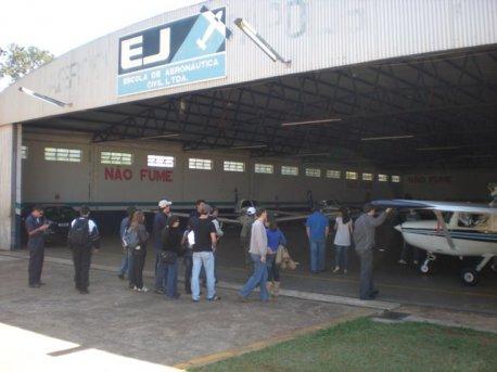 Alunos chegando ao Hangar II, local onde foi realizada a palestra.