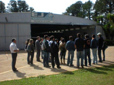 Alunos visitam o Hangar I, o hangar da manutenção.