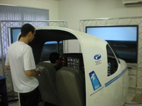 Leonel dando instrução no Simulador de vôo MFD X-Plane.