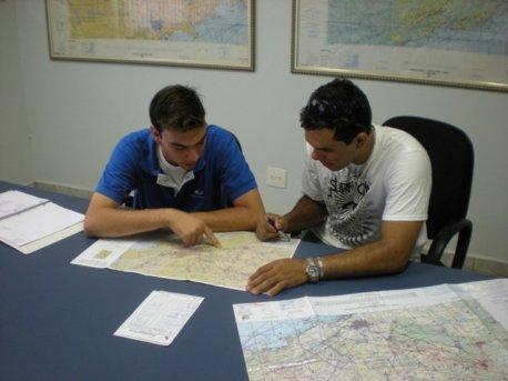 O aluno deve se apresentar ao vôo sessenta minutos antes da hora marcada para que o instrutor (Caspani) realize o briefing com o mesmo (Perusso).