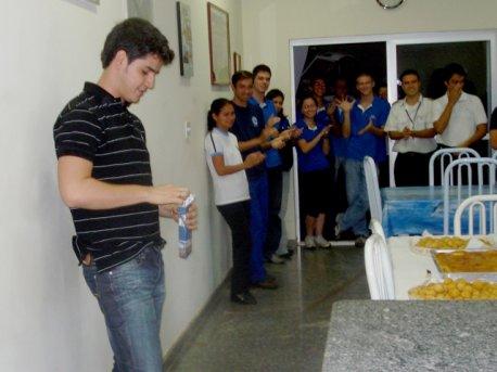 Renan abre o presente dado pela equipe.