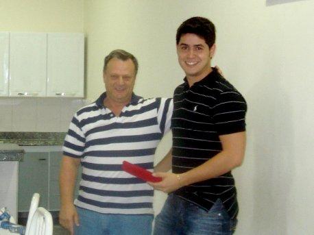 o Diretor da escola, Cmte Edmir Gonçalves, também se despede do gerente Renan Rocha.