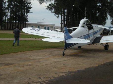 Checador Mateus acompanha ao lado da aeronave.