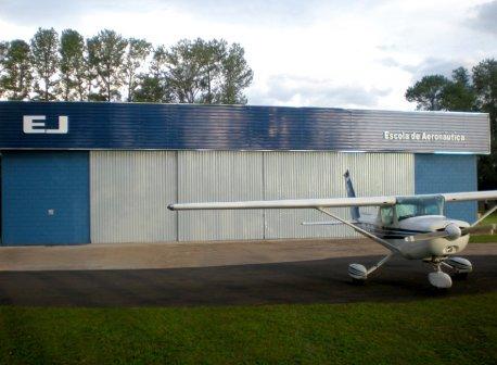 <b>Estrutura</b><br>Instalações modernas, que oferecem recursos exclusivos, como simuladores, aviões, equipes de treinamento e uma padronização invejável.
