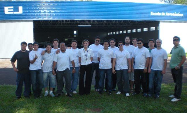 Alunos e instrutora em frente ao hangar da EJ.