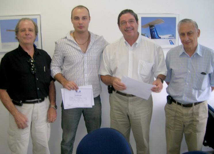 Comandantes entregam certificado ao aluno Estevam Trovato Castorino.