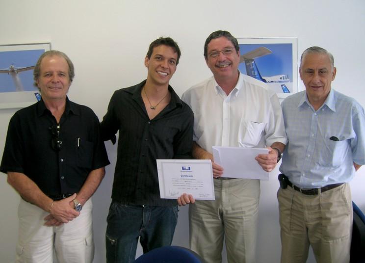 Comandantes entregam certificado ao aluno Caio Magno Mourão Impellizzeri.