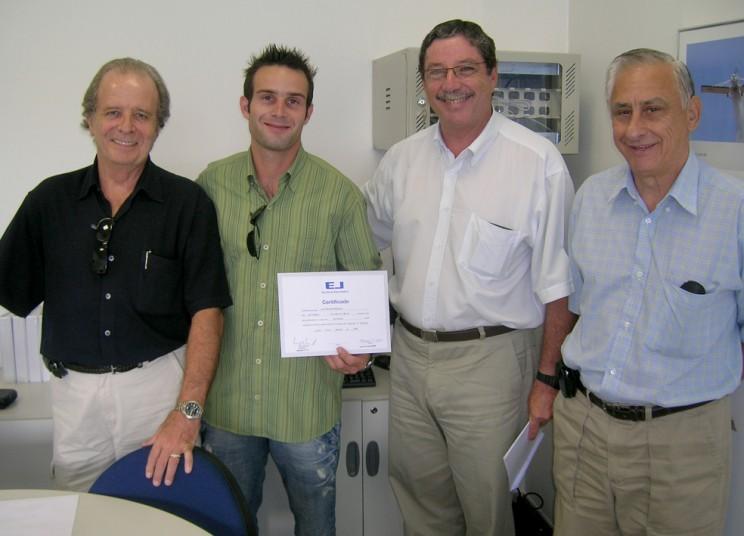 Comandantes entregam certificado ao aluno Aryel Rosado Rodrigues.