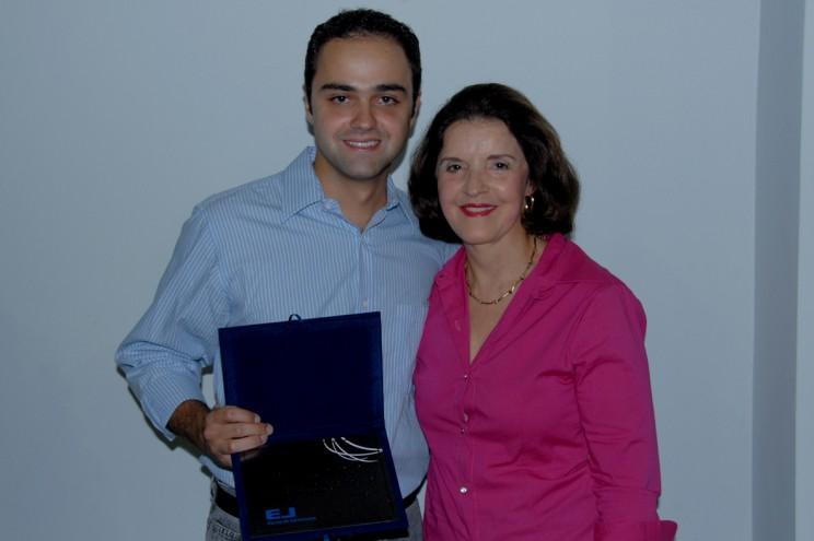Sra Heloisa, mãe de Koerbel, entrega a placa de agradecimento ao ex-instrutor.