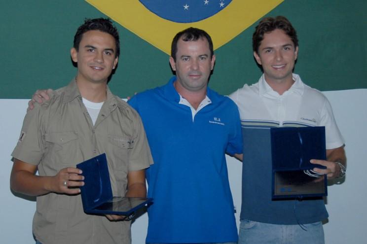 Josué e os ex-instrutores, agora recém contratados da Azul Linha Aérea