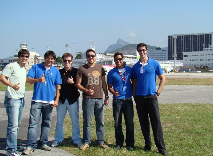 No aeroporto Santos Dumont, os aeronavegantes encontram o Instrutor Choei, com o aluno Diogo Torres.