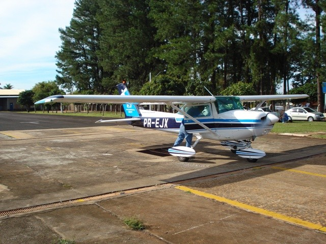 Instrutor Jonatas, liberando o aluno Luiz Vinícius para o primeiro voo solo.