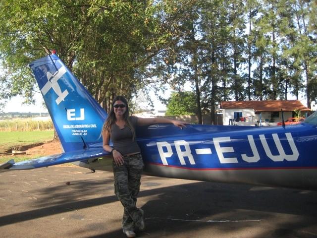 Aluna Diana em frente a aeronave solada PR-EJW