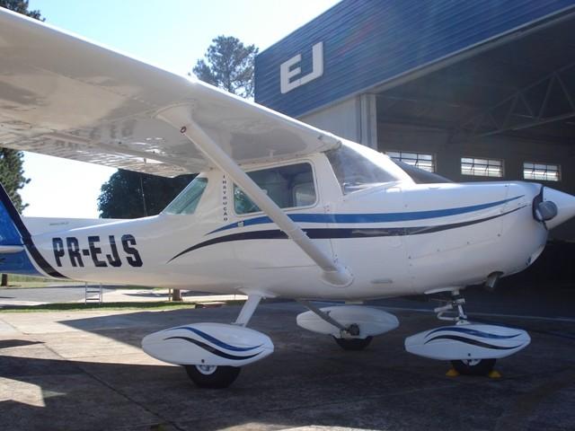 Em frente ao hangar principal - SDIO.