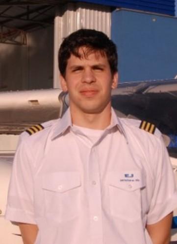 <br><br> - WILLIAN ESCRIBANO BORGES<br><br> - Idade: 20 Anos<br><br> - Cidade: São Paulo-SP<br><br> - Admitido em Setembro/2009<br><br> - 395 Horas de Voo<br><br>Ministra Instrução nos Equipamentos: <br><br>-Cessna 152<br>-Tupi <br>-Simulador IFR.