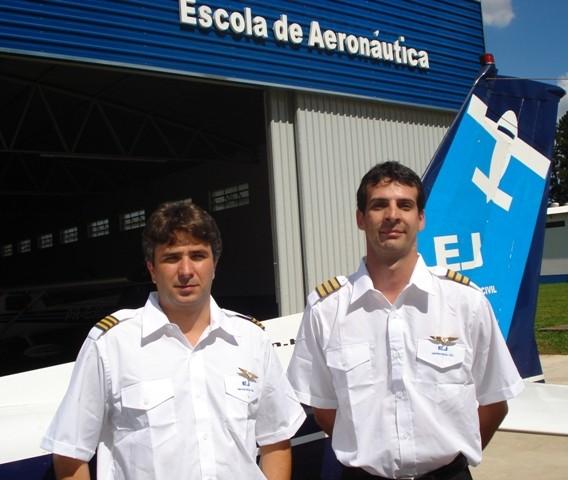 Sampaio e Mosterio ao lado da aeronave Cessna 152.