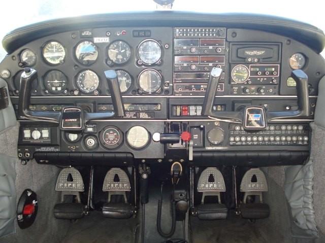 Painel completo da aeronave PR-ENJ.