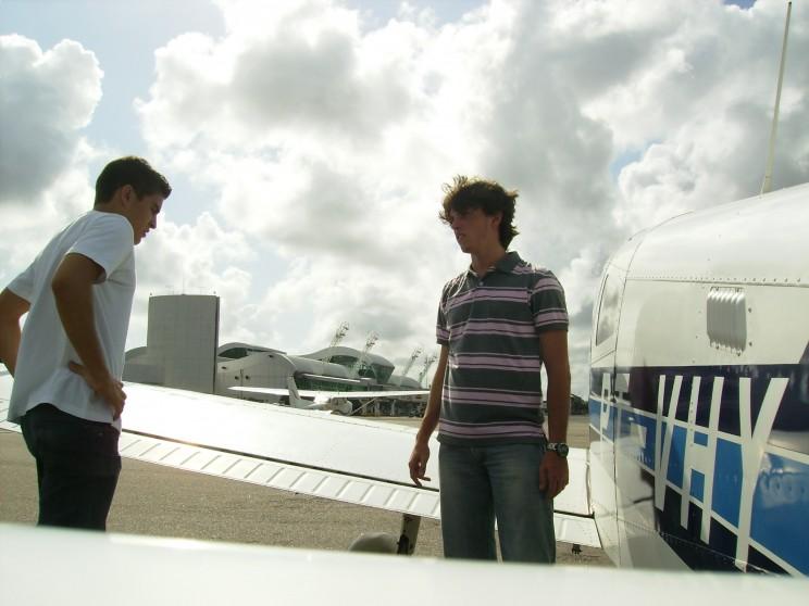 Os alunos/ pilotos Bruno e Guilherme estudam/ planejam a continuação do trajeto.