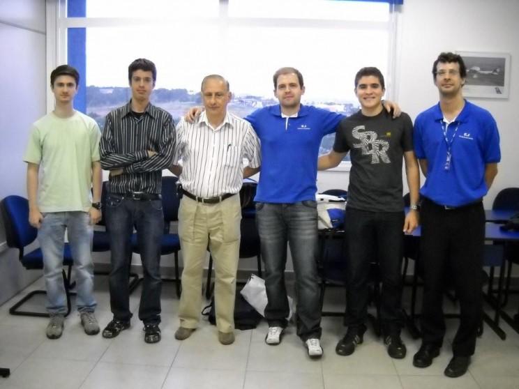 Alunos do curso do Jet Trainer juntos com o cmte/ instrutor Fernandes.