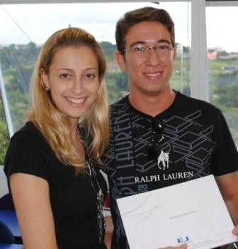 André Resende recebendo o certificado de Taís.