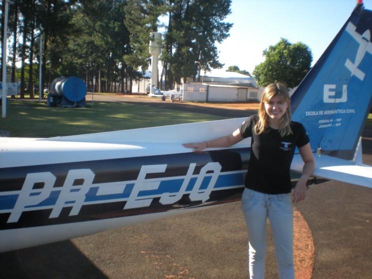 Diana e a aeronave Cessna 152, pronta para realizar seu primeiro voo solo.