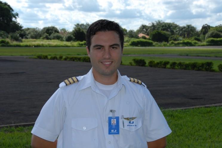 Alex Medeiros de Oliveira, voou na EJ 917 horas, atualmente é piloto na Azul.