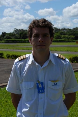 Rafael Schenkel da Cruz, voou na EJ 1026 horas, atualmente é piloto na Azul.