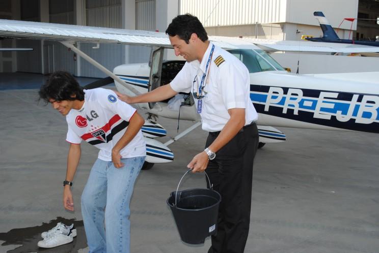 Preparação para o banho de comemoração do primeiro voo solo.