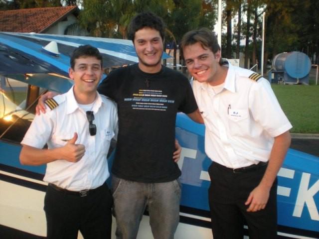 Cássio ao centro, sendo cumprimentado pelos instrutores Restim e Douglas.