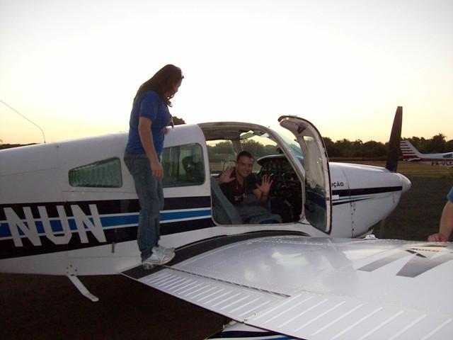 Instrutora Ana Paula recepciona o aluno Luis Victor após o voo solo.