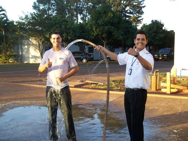 """Bruno sendo """"batizado"""" pelo instrutor Lucas."""