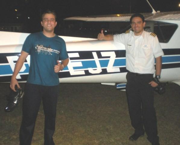 Aluno Ewerton e instrutor Wilton a frente da aeronave C-152.