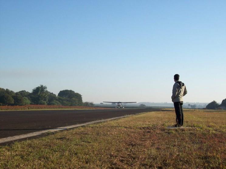 Instrutor Lucas Ribeiro na espera do primeiro pouso solo de seu aluno.