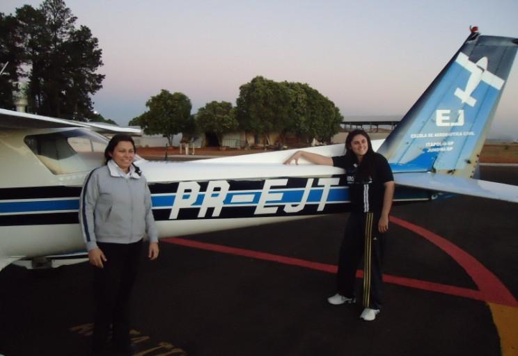 Instrutora Ana Paula que liberou Juliana para o voo solo em frente a aeronave solada.