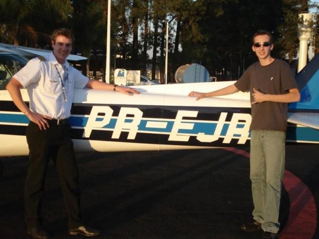 Instrutor Marcello e aluno Leonardo ao lado da aeronave utilizada para o voo.