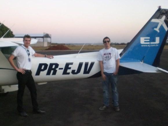 Aluno Igor e instrutor Marcello ao lado do Cessna utilizado para o voo solo.
