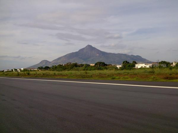 Pista de Governador Valadares e Pico do Ibituruna ao fundo