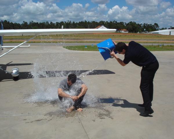 Banho em comemoração ao primeiro voo solo