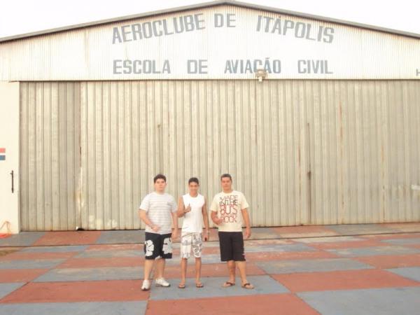 em frente ao Aeroclube